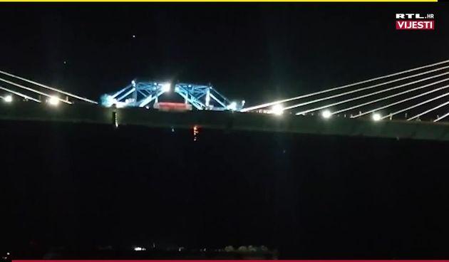 Zavarivanje posljednjeg segmenta mosta (thumbnail)