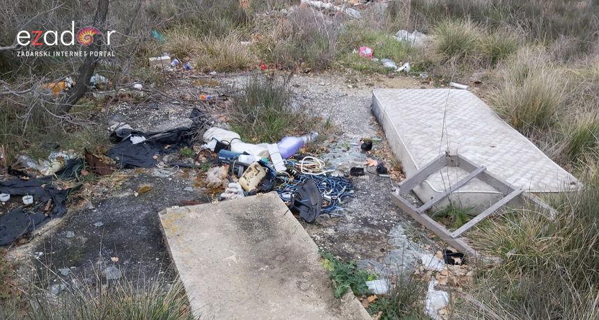 Područje izvorišta Golubinka prepuno otpada: Azbestne ploče, pelene, plastika i stare WC školjke