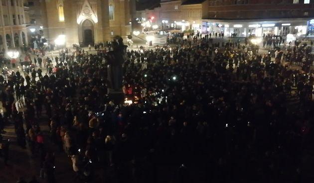 Novosađani se opraštaju od Balaševića paljenjem svijeća na Trgu Slobode (thumbnail)