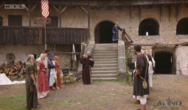 Svećenik ušao u dvorac, Anno