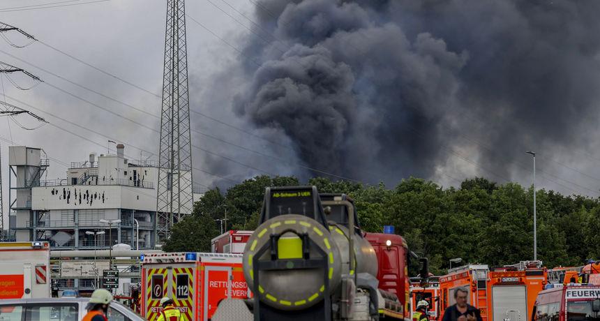 Kemijska megaeksplozija u Leverkusenu: Jedan mrtav, 16 ranjenih, četvero nestalih, otrovni oblak prijeti, ali je barem požar ugašen