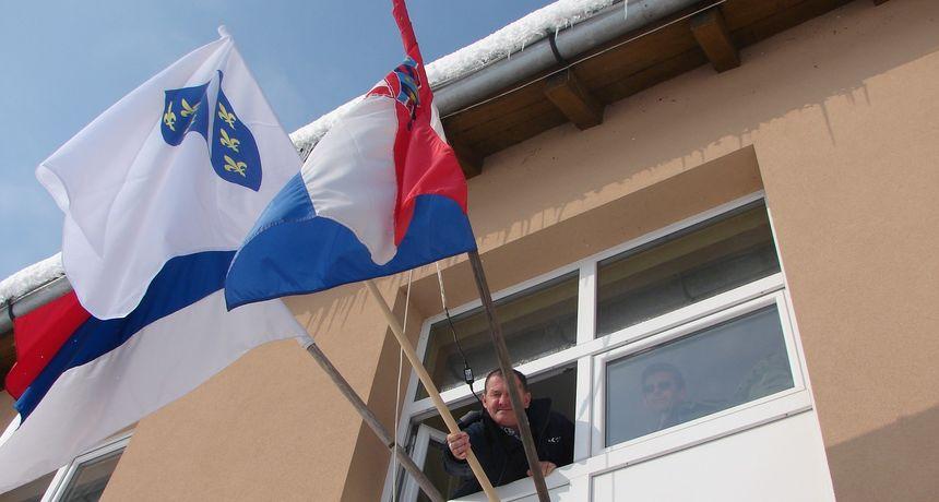 Od danas se na pročelju zgrade Općine Vojnić vijori i zastava bošnjačke nacionalne manjine