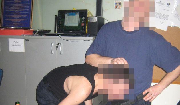 Policajci na tulumu u postaji u Kaštelima: Diraju se dildom, simuliraju seks, mačuju pivama u gaćama...