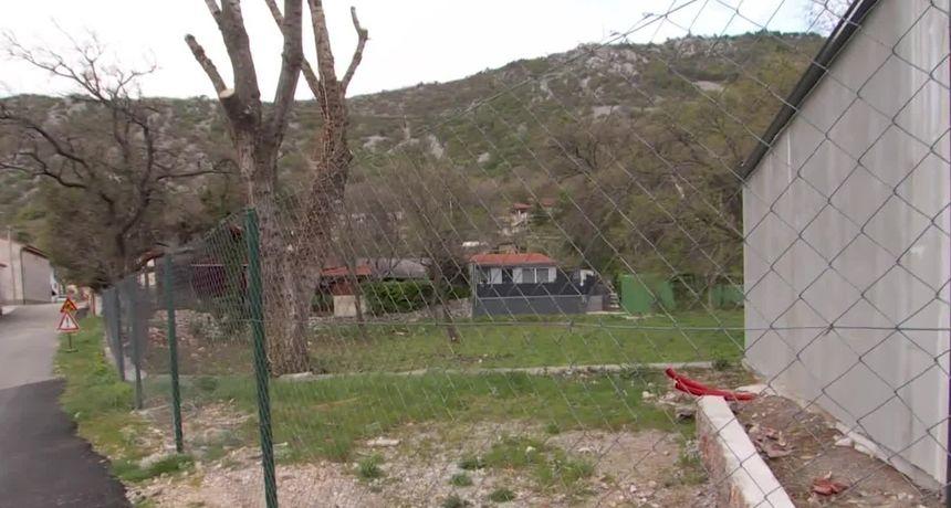 Poduzetnik u Bakarcu zatvorio državnu cestu i dignuo ogradu. Potraga donosi priču o ljudima koji ne mogu do svojih kuća