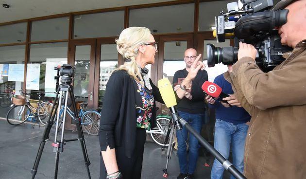 PRESUDA NUŠI BUNIĆ Roditelji osuđene Nuše i ubijenog Nikole ispred varaždinskog suda (thumbnail)