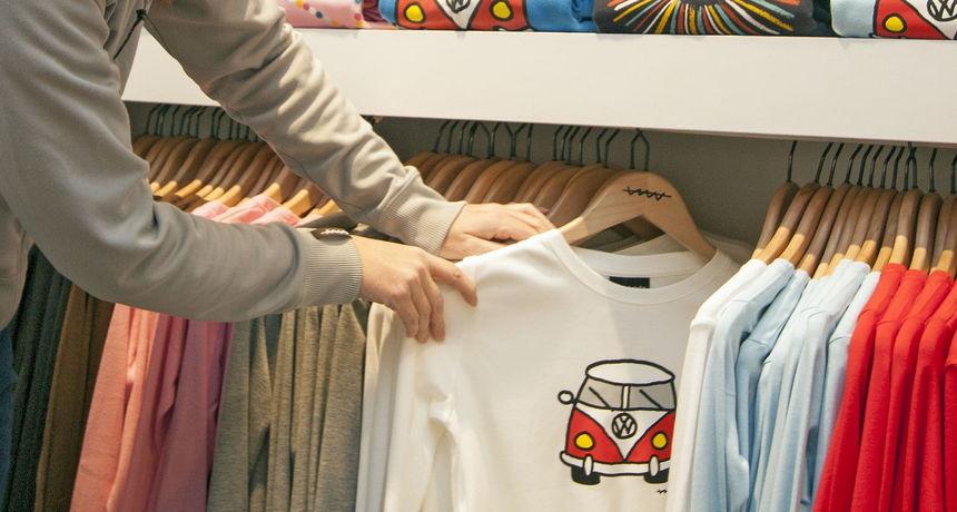 Opljačkali trgovinu u Optujskoj ulici: Iskoristili nepažnju prodavačice i ukrali desetak majica