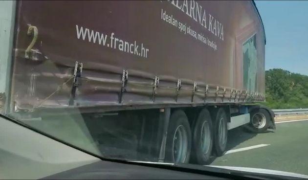 Šleper sletio s autoceste kod Slavonskog Broda (thumbnail)