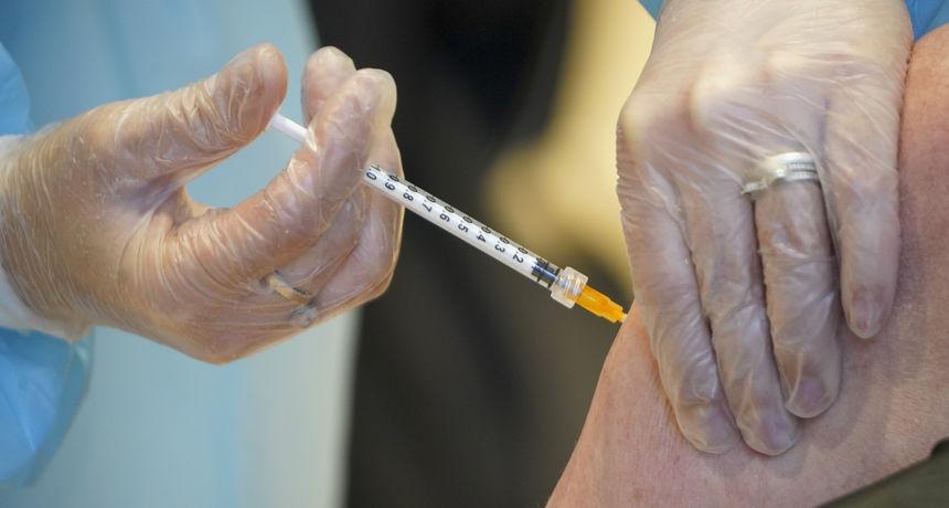 Znanstvenici tvrde kako je veći rizik od krvnih ugrušaka nakon zaraze covidom-19 nego od cjepiva