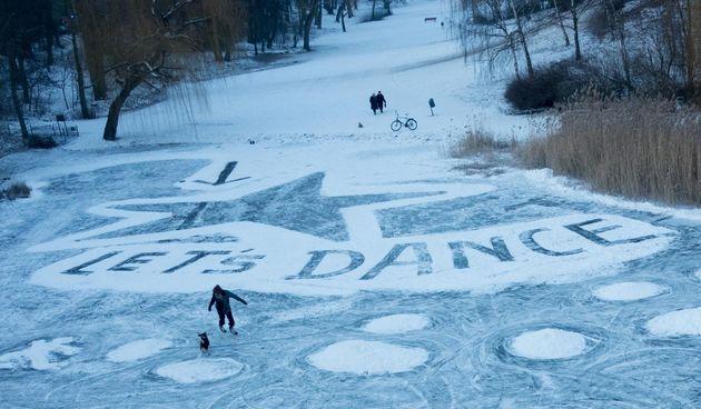 Berlin. Zaleđeno jezero posvetili preminuloj legendi Davidu Bowieu