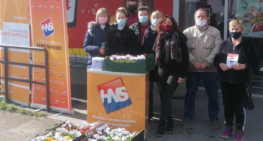 Za Dan žena dugoreški HNS sugrađankama poklonio tratinčice i jaglace uz poruku kako ova stranka posebno vodi računa o pravima žena
