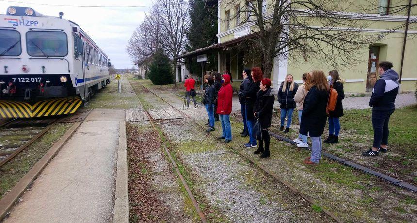 Ozljani ponovno vode bitku s HŽ-om - s početkom škole ostaju bez linije jutarnjeg vlaka, Grad opet reagirao na usklađivanje voznog reda po potrebama putnika