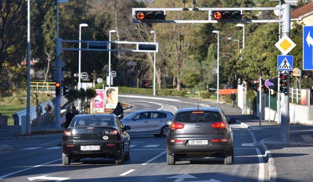 Automobili, promet, semafor