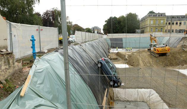 S automobilom probila zaštitnu ogradu i upala u rupu na gradilištu