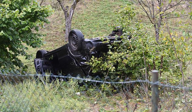 FOTO, VIDEO Prometna nesreća u Gornjem Mrzlom Polju, automobil završio na krovu u dvorištu imanja - prije toga po travi