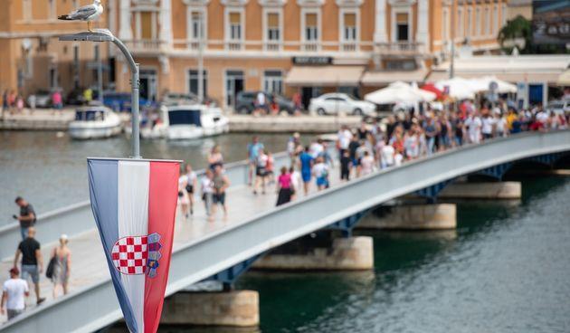 Za Dan pobjede grad ukrašen hrvatskim zastavicama