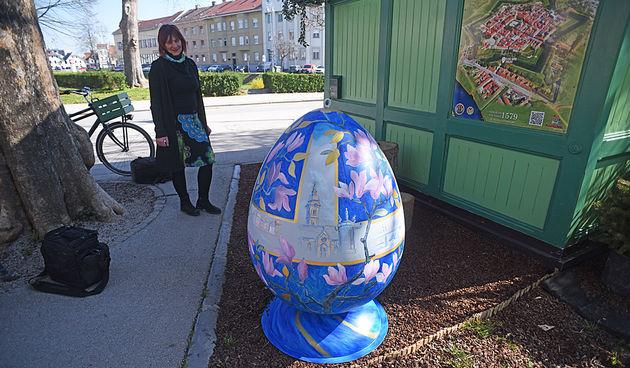 Dvoje ULAK-ovaca izradilo velike pisanice za centar grada - ukrašene su proljetnim i gradskim motivima