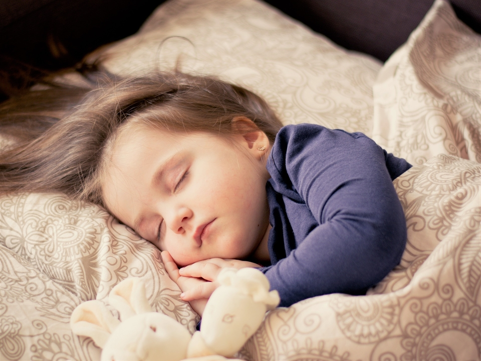Razgovarajte sa svojim djetetom o njegovim brigama i razmišljanjima. Ponekad nas naš mozak navede da se nečega bojimo, npr. kao da se mama neće vratiti s puta, iako se uvijek vraća.