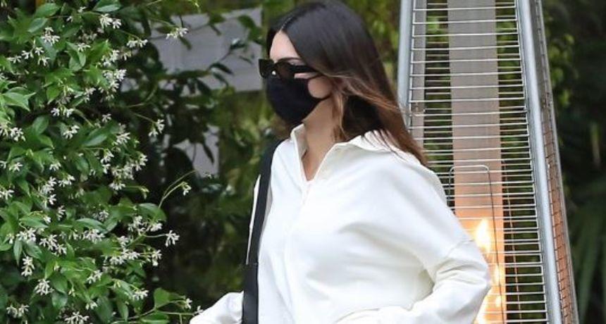 Kendall prošetala u tenisicama i trapericama koje su poprilično 'visile' s nje