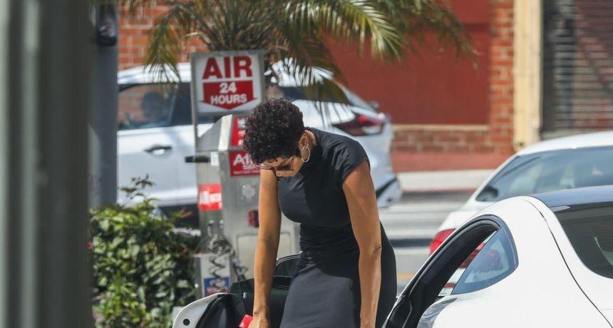 Mala, crna i problematična haljina: Na benzinsku je stigla kao da ide na spoj, no došlo je do malih komplikacija