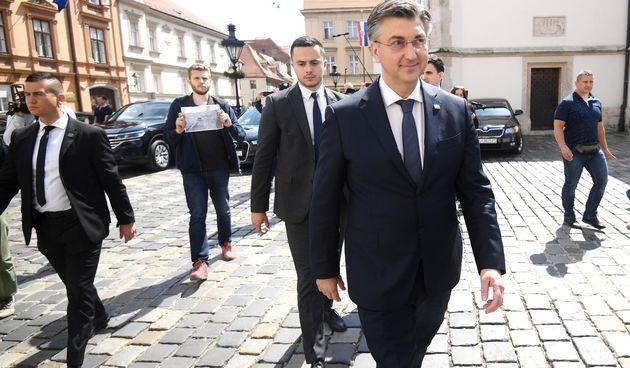 Premijer Andrej Plenković pred prosvjednicima nakon što je pri dolasku u Sabor izbjegao