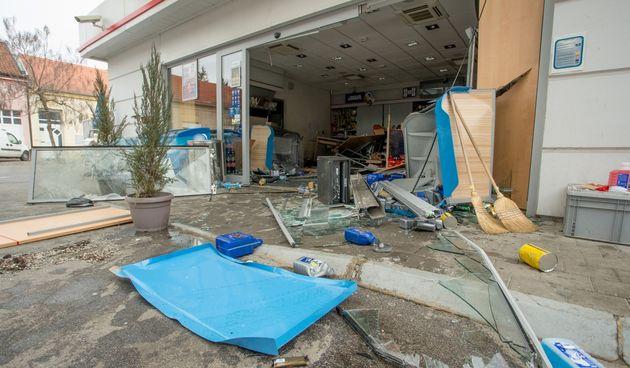 Nogometaš Osijeka pijan se zabio u trgovinu na benzinskoj pa pobjegao s mjesta nesreće!