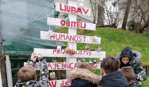 Društvo Naša djeca Ozalj i ove godine postavilo drvce dobrih želja u centru grada, u njegovom ukrašavanju mogu sudjelovati svi ljudi dobre volje