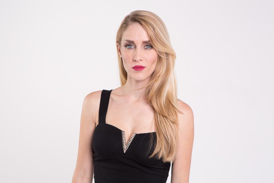 Alena Nezirević - Anezi dolazi iz Vrsara i po struci je diplomirana upravna pravnica, ali njezina je prava ljubav – pjevanje. Nedavno je javno započela pjevačku karijeru.