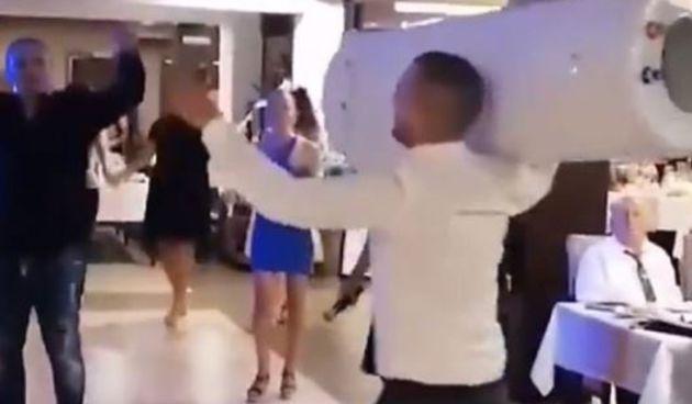 Svadba kod 'susjeda' postala hit zbog poklona koji je kum donio na svadbu