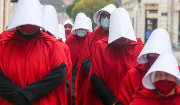 Žene u crvenim haljama prošetale središtem Osijeka i istaknule poruku ispred Županijskog suda