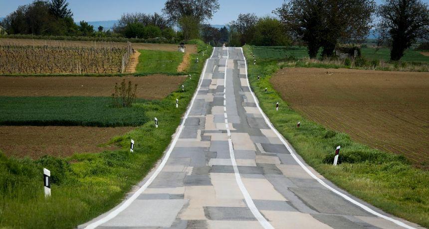 Fotografija iz Hrvatske o kojoj se priča: Možete li izbrojati koliko je zakrpa na ovoj cesti?