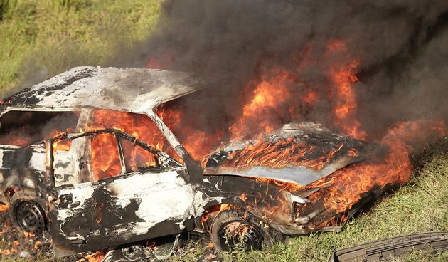 Zapalili auto, auto gori