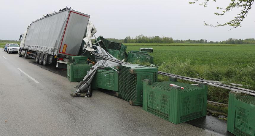 SIŠAO U JARAK Vozač (60) kamiona sletio s ceste i udario u drvo, po cesti rasuo palete