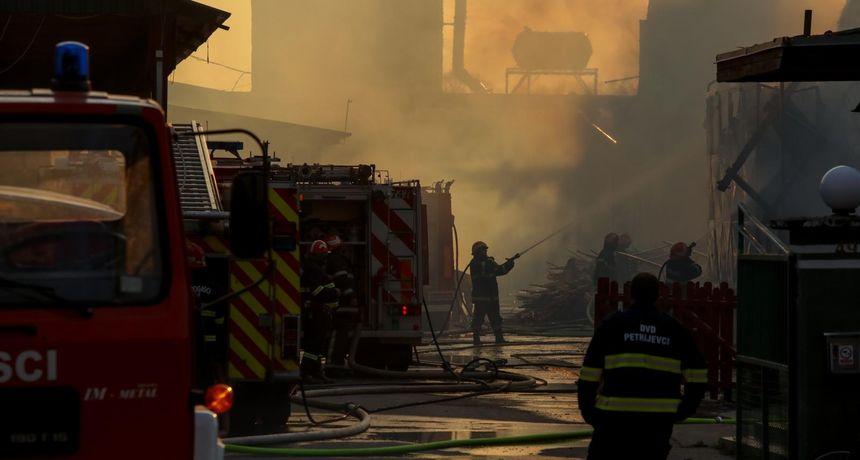 Požar u Valpovu gasilo čak 50 vatrogasaca