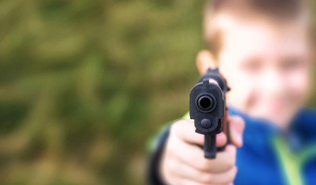 Dječak, pištolj
