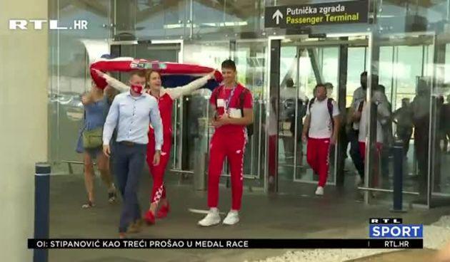 Matea Jelić i Toni Kanaet emotivno dočekani na povratku iz Tokija (thumbnail)