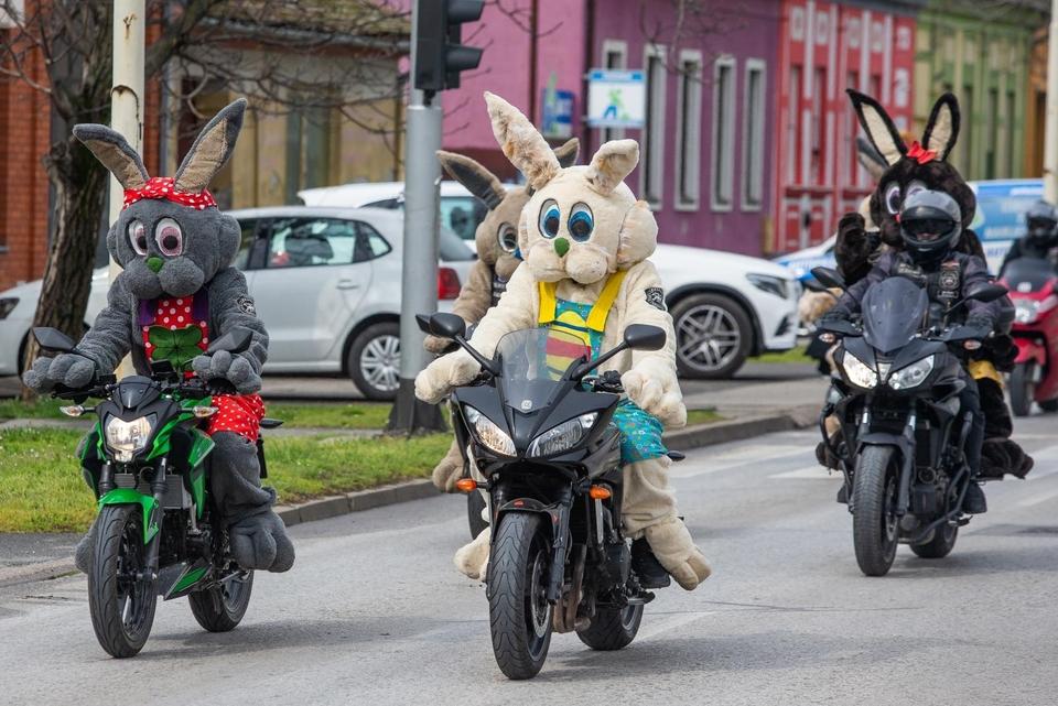 Motozeke se provozali Osijekom i darivali djecu