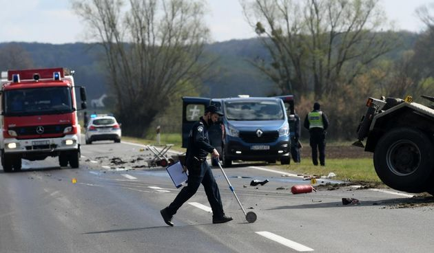 Potresni prizori s mjesta nesreće: Vozaču auta pozlilo pa podletio pod kamion. Poginuli muškarac i žena