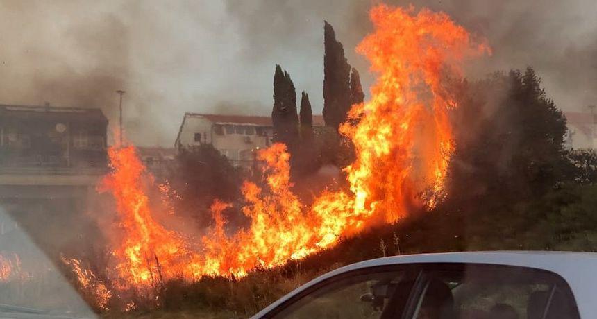 Udar munje izazvao požar uz cestu kod Solina