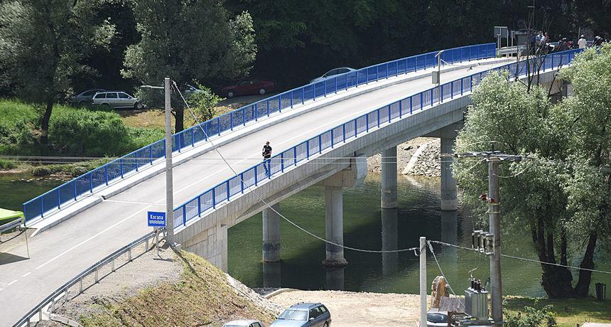 Na mjestu drvenog mosta koji je odnijela rijeka Korana niknuo novi - pet milijuna kuna vrijedan most otvorio ministar Oleg Butković