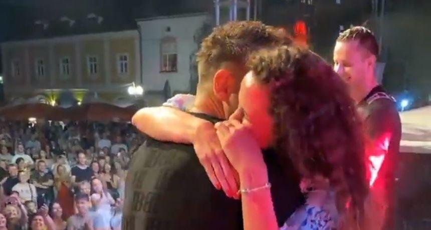 'Nasljednik Tošea Proeskog' zaprosio djevojku na pozornici: Sve zabilježile kamere