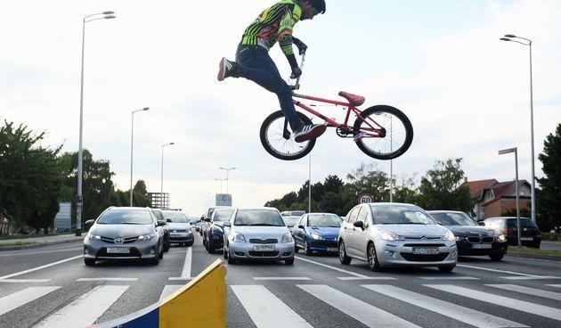 Vidjeli smo svakakve izvedbe na semaforu, ali ovo ne: Vratolomijama na BMX-u kratio vrijeme Zagrepčanima