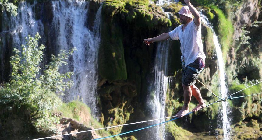 Zaljubljenik u adrenalinske sportove, Slunjanin Darko Matešić oduševljava turiste - iznad Rastoka hoda na traci dugoj 135 metara