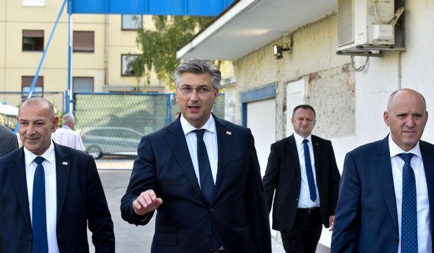 Pogledajte tko je sve s premijerom položio vijenac ispred NK Jarun povodom 32. HDZ-ovog rođendana
