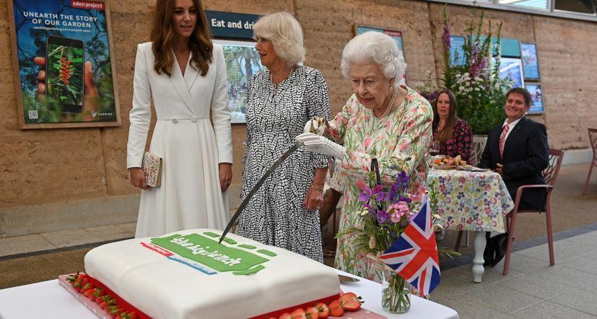 Tko je bio zločest? Kraljica Elizabeta podignula mač pred Kate i Camillom, njihove reakcije postale hit