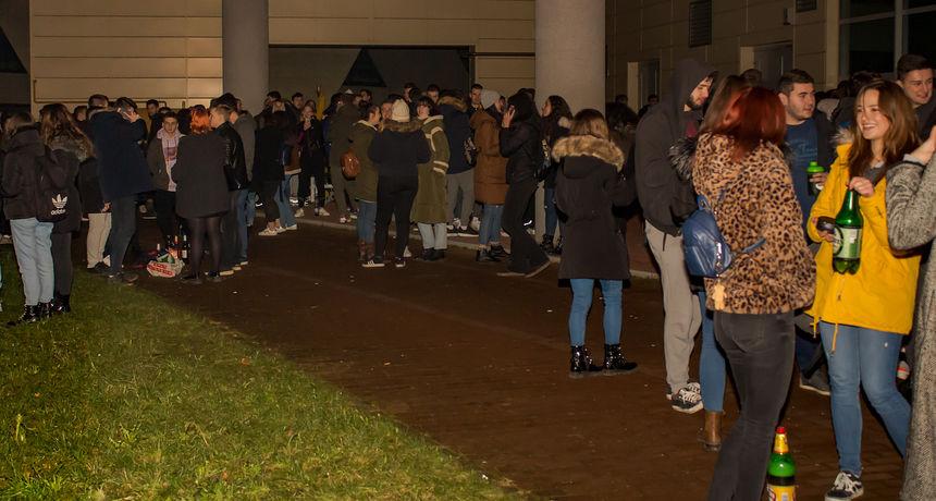 Stotine mladih okupilo se u kampusu, policija mirno promatrala