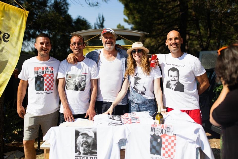 Enio Meštrović aka Ričard prodavao majice na Benkovačkom sajmu
