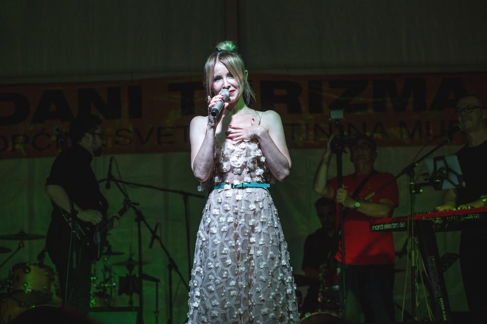 Danijela Martinović zabavljala publiku ispod šatora u Svetom Martinu na Muri