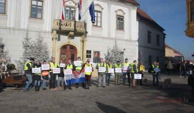 ŽUTI PRSLUCI U VARAŽDINU 'Okupili smo se s ciljem borbe protiv korupcije, kako na državnoj tako i na našoj lokalnoj varaždinskoj razini' (thumbnail)