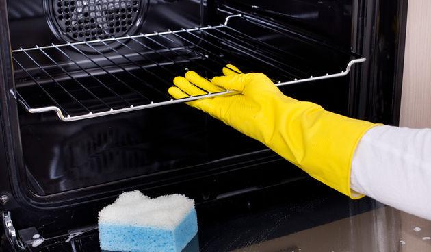 Pećnica: Napravite pastu od sode i vode, njome premažite pećnicu iznutra i pustite preko noći. Ujutro ispreite običnom vodom.