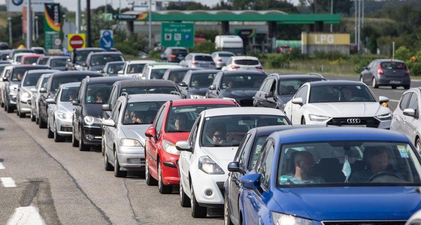 Vozači, oprez! Pojačan promet na većini cesta u smjeru mora i unutrašnjosti, kolnici skliski